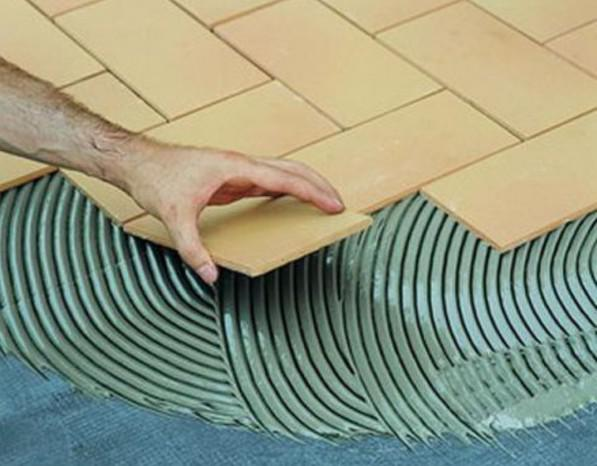 сколько сохнет плиточный клей на полу в комнате