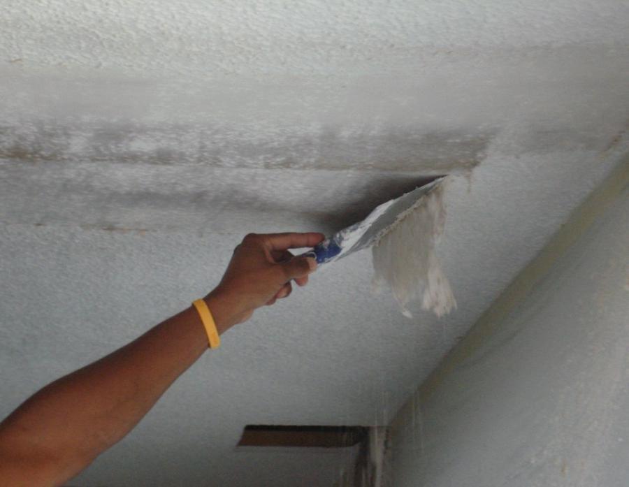 Водоэмульсионку очень просто убрать, если потолок предварительно смочить.