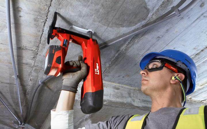 крепление кабеля в потолок с помощью монтажного пистолета Хилти BX3