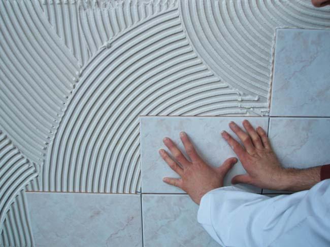 прикладываем плитку к стене на клей