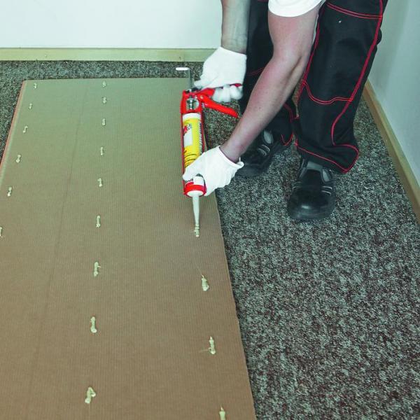 Для крепления ПВХ панели к стене клей наносится точечно