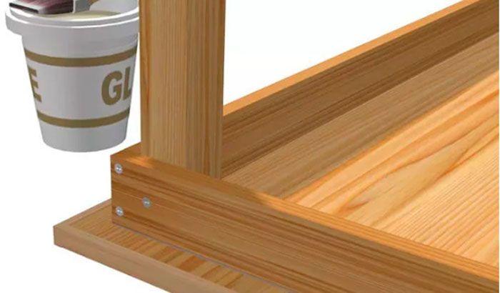 Так как каркас нашего стола получается готовый, ножку следует закрепить внутри одного из его углов. Нижним срезом ее ставят на столешницу, а две стороны будут упираться в каркас. Все места, которые соприкасаются с каркасом, промазывают клеем и соединяют конфирматами или крепежными винтами