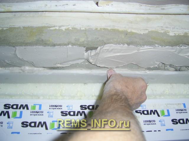 Уменьшаем оконный проем для установки откосов.