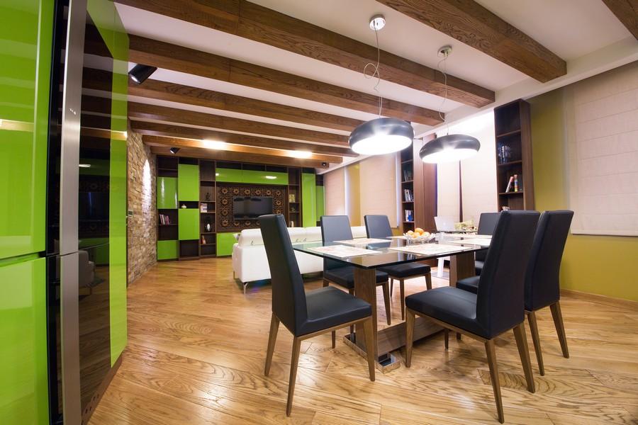 Интерьер кухни- столовой с ламинатом, уложенным по диагонали