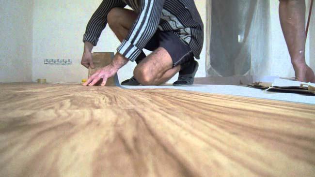 укладка кварцвиниловой плитки - работа мастера