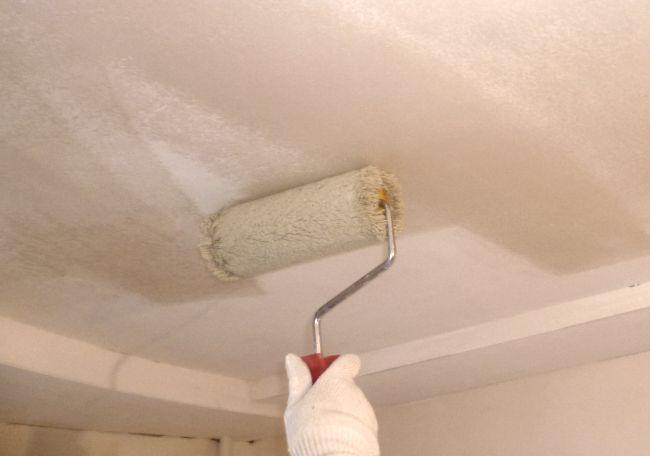 Перед окрашиванием потолка важно выполнить грунтовку поверхности