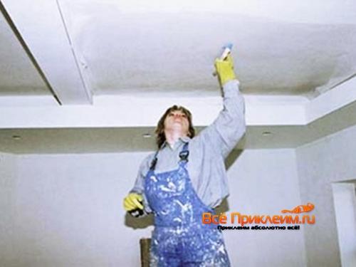 Наклеивание стеклохолста на потолок из гипсокартона