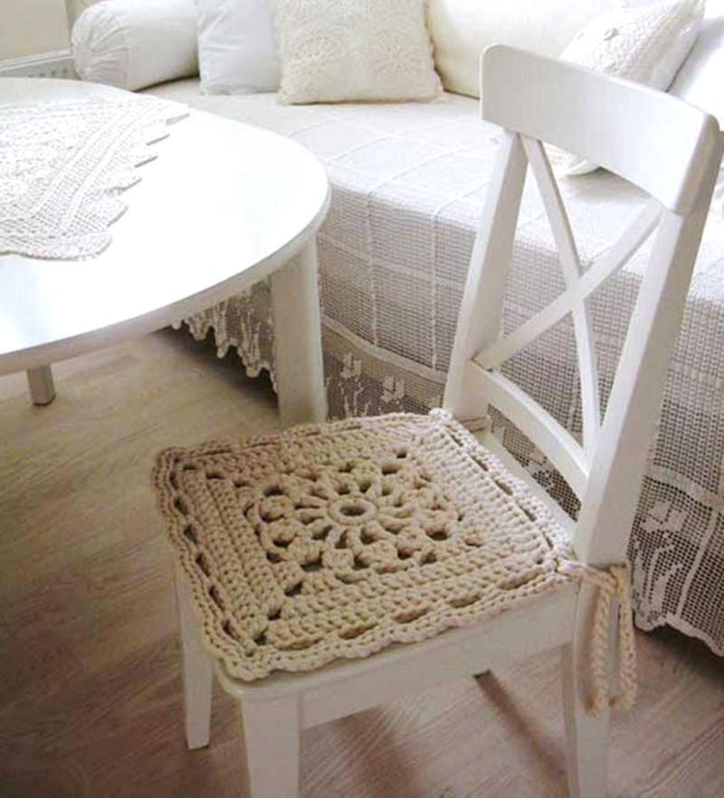 Вязаный чехол на сиденье подчеркнет индивидуальность стиля владельцев