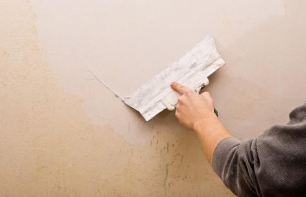 Для нанесения шпаклевки на стену используют обычный шпатель с широкой рабочей поверхностью