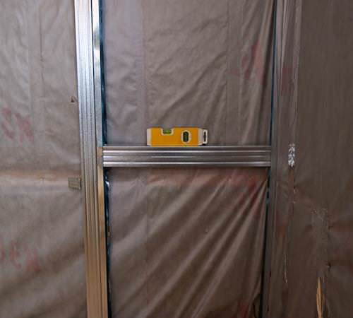 Технология монтажа ГКЛ - какой стороной крепить гипсокартон к стене