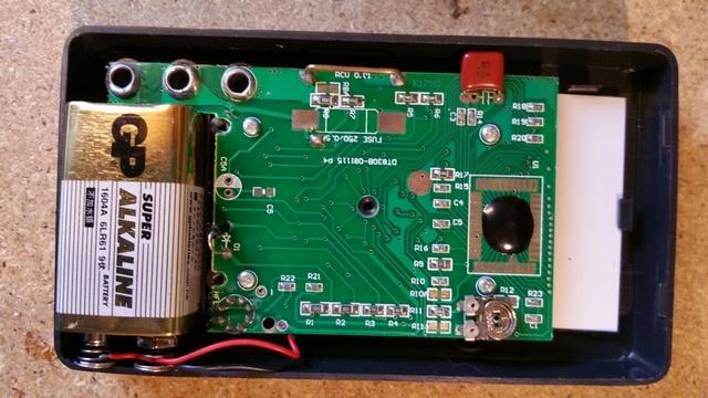 Мультитестер со снятой задней половиной корпуса – иначе до батарейного отсека не добраться.