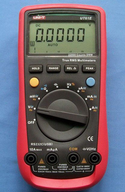 Типичный пример возможных особенностей мультиметра – в некоторых моделях для подключения измерительных проводов предусматривается не три, а четыре гнезда. Но разобраться, наверное, несложно.