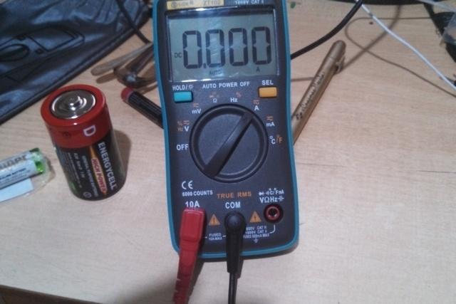 Мультитестер переведен в положения для замера тока разрядки элементов питания