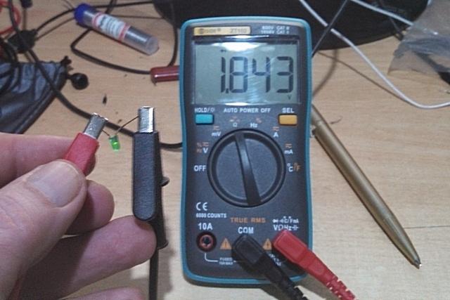 В одном положении – легкое свечение светодиода и показатель падения напряжения в 1,84 вольта