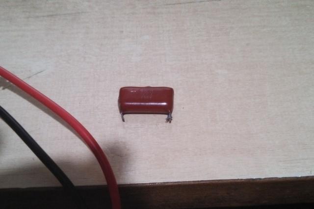 Обычный керамический конденсатор с номиналом емкости в 1 μF. Проверим его работоспособность.