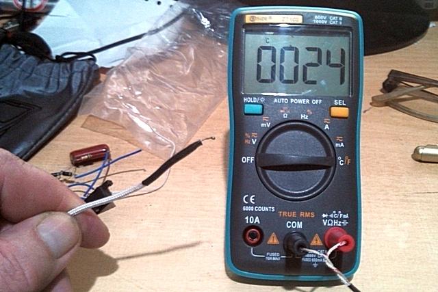 Прибор переведен в режим измерения температуры. На дисплее сразу высветилась температура окружающей среды – в комнате +24 °С.