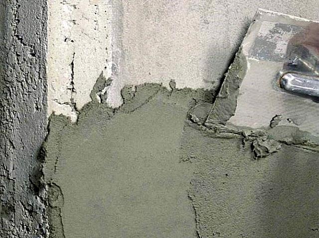 Качественные шпаклевки на базе цемента – отлично ложатся на поверхность стены
