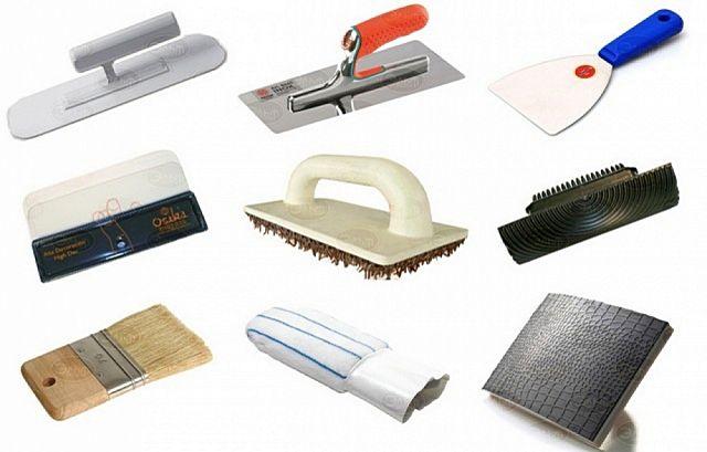 Набор инструментов – в основном это штукатурные кельмы и шпатели различных форм и размеров