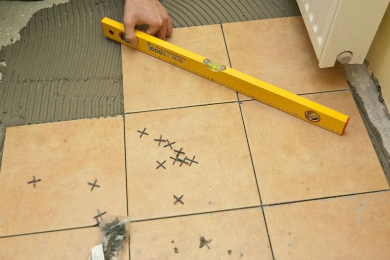Контроль ровности кладки напольной плитки