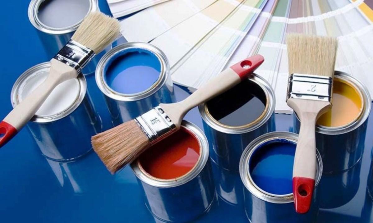 Преимущества акриловой краски заключаются в том, что она не только отлично держится на потолке, но и способна скрыть основные неровности потолочной повехности