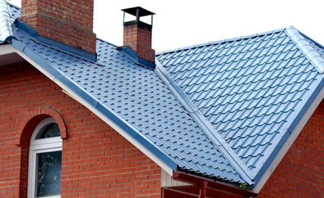 Внутренний угол на стыках плоскостей сложной крыши отделывается ендовой