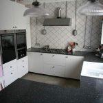 кухня с подоконником столешницей