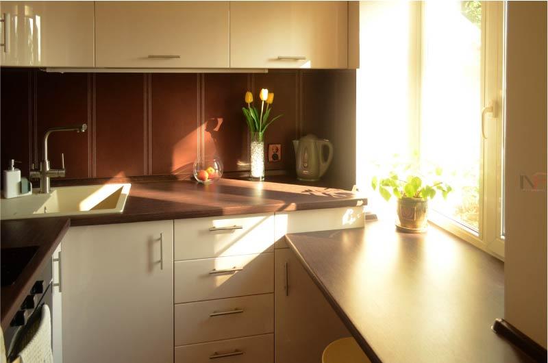Кухня с низким подоконником-столешницей