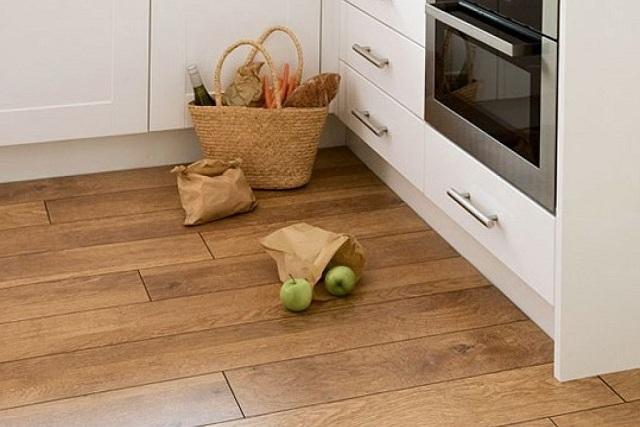На кухне хозяйки «наматывают» в день немалые «дистанции». Плюс к этому, в столь небольшом помещении нередко находится сразу насколько человек. Так что нагрузки на пол здесь – весьма приличные