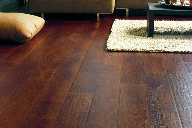 Пол в гостиной: нагрузки на него невелики, и можно сделать упор на эстетической составляющей – на декоративности покрытия