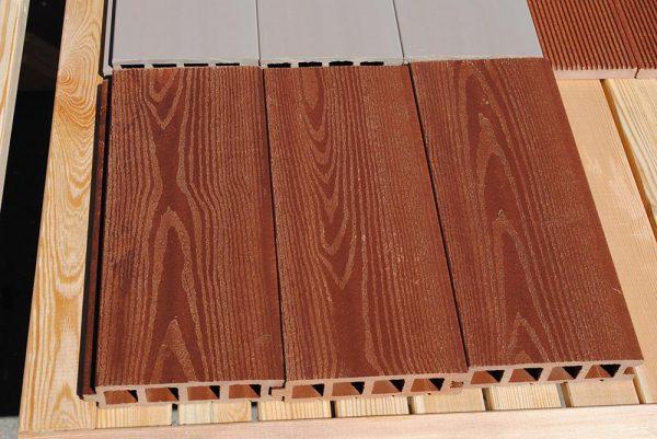 Материал из деревопластика схож по своим свойствам с природной древесиной
