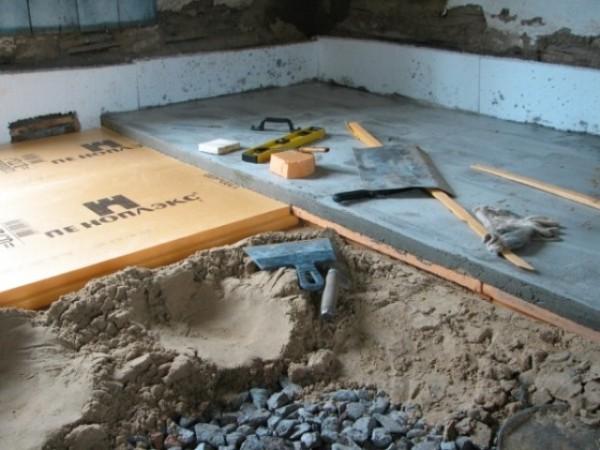 На фото изображена укладка полов по грунту с утеплением и подсыпкой гравием и песком