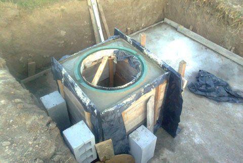 На готовую бетонную головину необходимо надеть пластиковую крышку