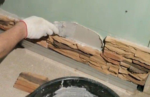 Искусственный камень с легкостью наклеивается на подготовленную гипсокартонную поверхность