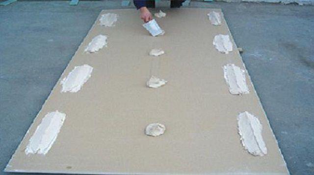 Один из способов нанесения клея на лист гипсокартона