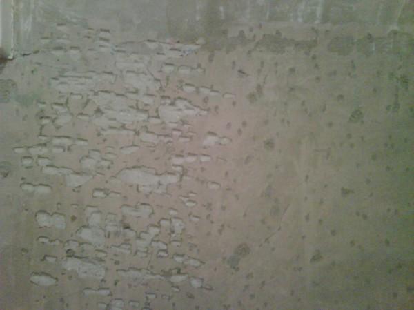 Насечки на бетонной стене для ее дельнейшего выравнивания
