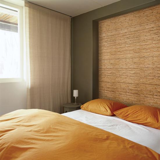 На фото натуральные обои из бамбука в спальне