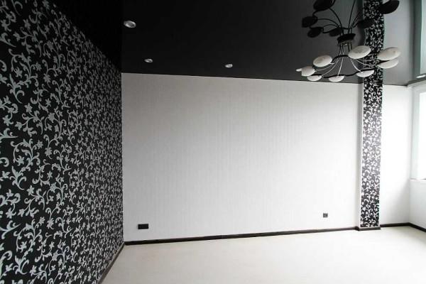 Темная стена напротив окна затемняет всю комнату