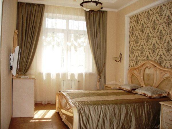 современное оформление обоев в спальне