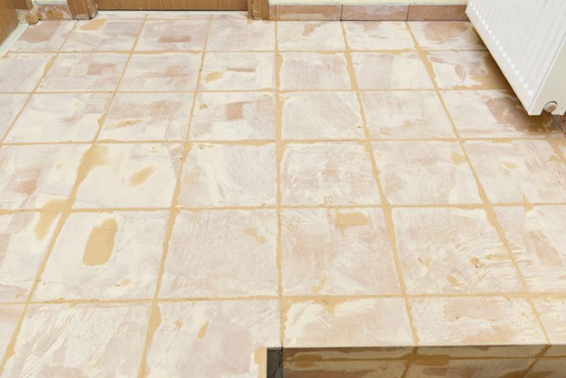 Обработка напольной плитки затиркой