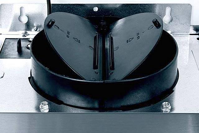Обратный клапан-«бабочка», традиционно устанавливаемый между выходным патрубком кухонной вытяжки и подключенным к ней воздуховодом. Пружинок для возврата створок в исходное нижнее положение чаще всего не требуется.