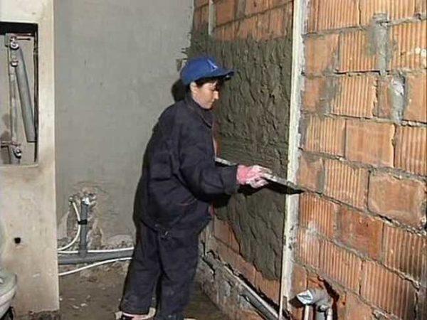 Стены в ванной выравнивают штукатуркой по маякам