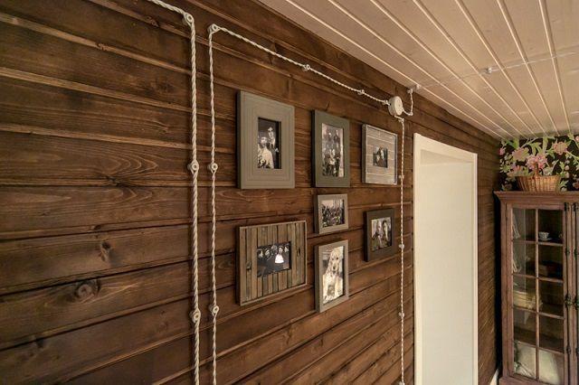 Комбинированный подход – потолок из вагонки окрашен ровным слоем, а на стенах решено подчеркнуть природную фактуру древесины