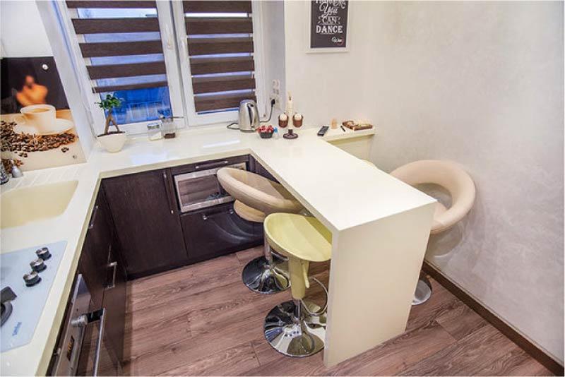 П-образная кухня со столом-подоконником