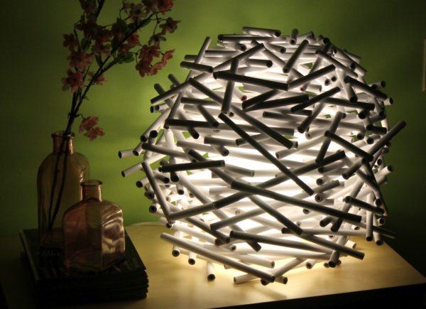 светильник из пластмассовых палочек