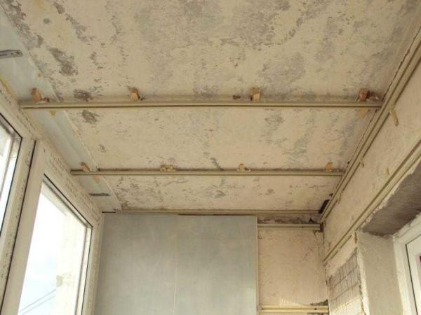 Чтобы не опускать потолок, зазор можно сделать минимальным
