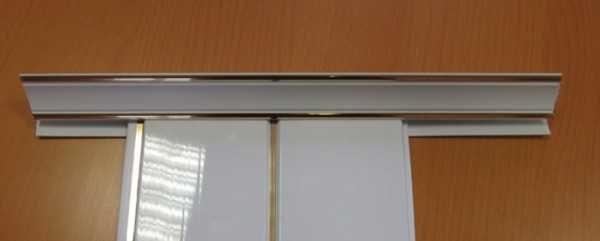 Так выглядит пластиковая стеновая панель вставленная в потолочный плинтус