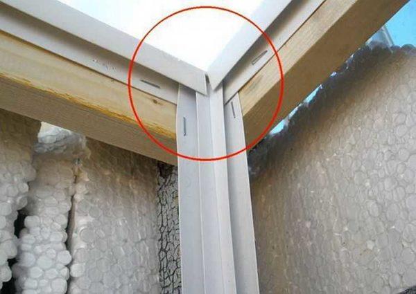 Проблемный узел - стык углового и потолочного плинтуса (внизу делаем аналогично)