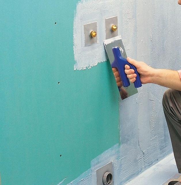 Гидроизоляция поверхностей стен – поясом вдоль пола и вокруг трубных проходок.