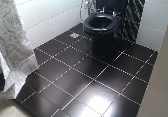 Плитка - отличное решение, материал смотрится хорошо и не боится влаги и чистящих средств