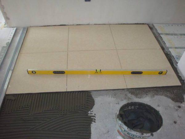 Плитка укладывается на цементную стяжку с помощью любого плиточного клея